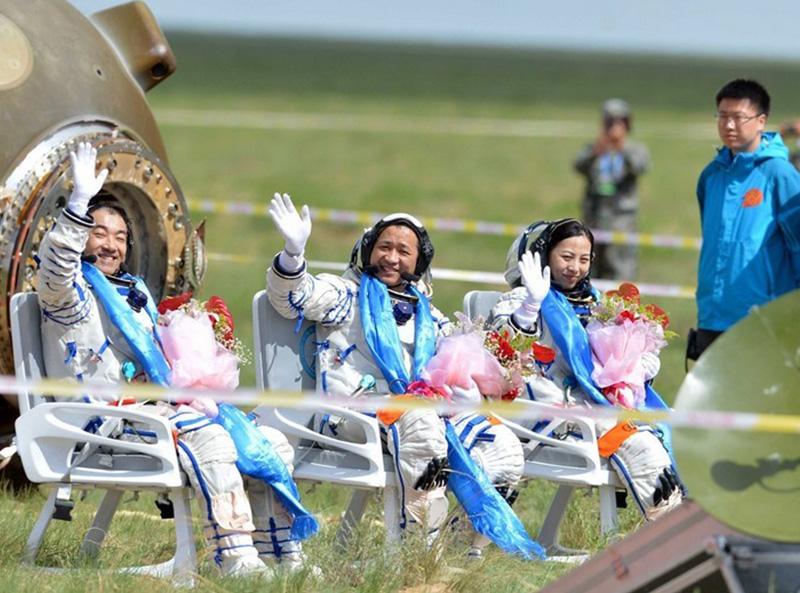 参与设计与制作神舟十号航天员护送椅